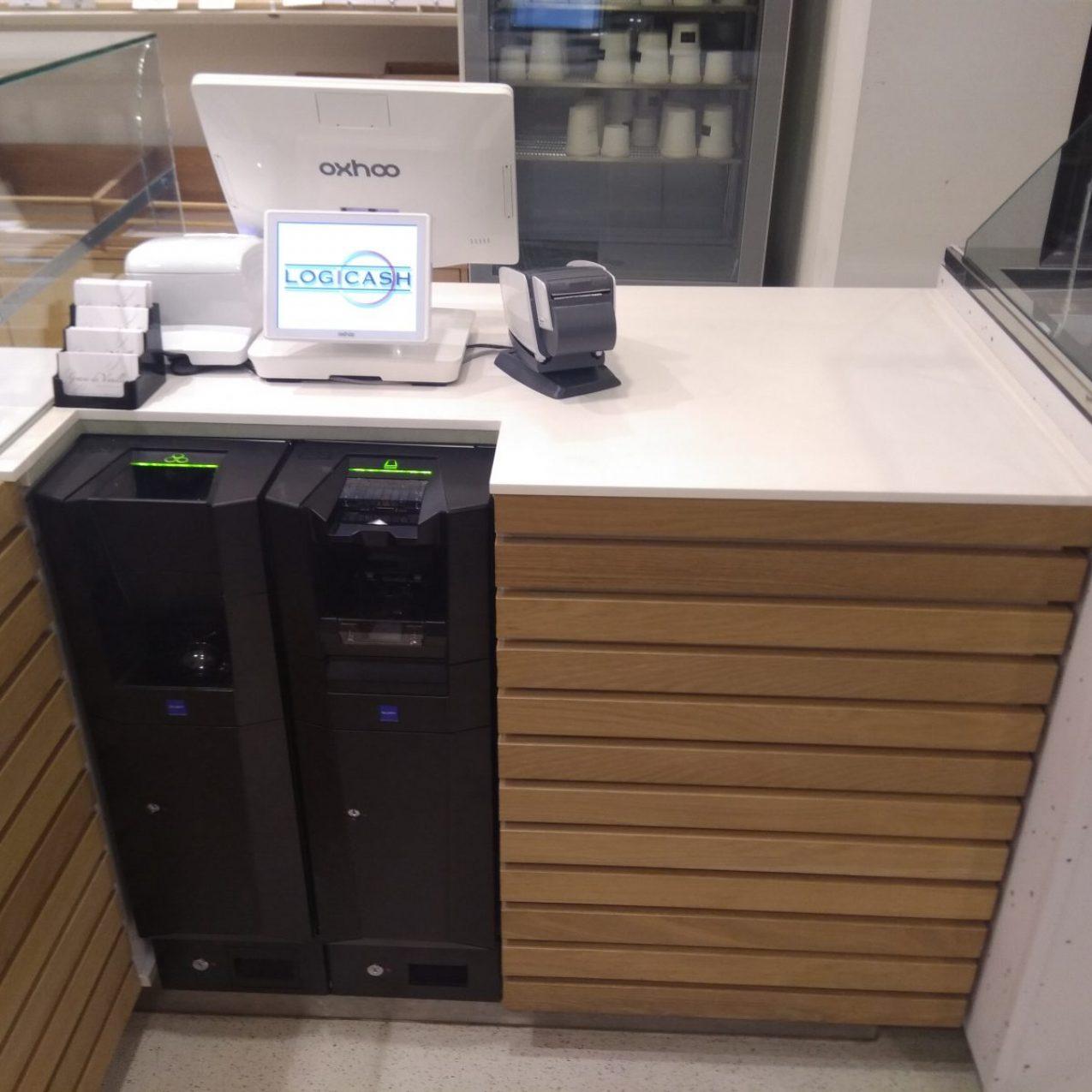 Monnayeur Glory CI-10 dans un comptoir avec caisse Oxhoo
