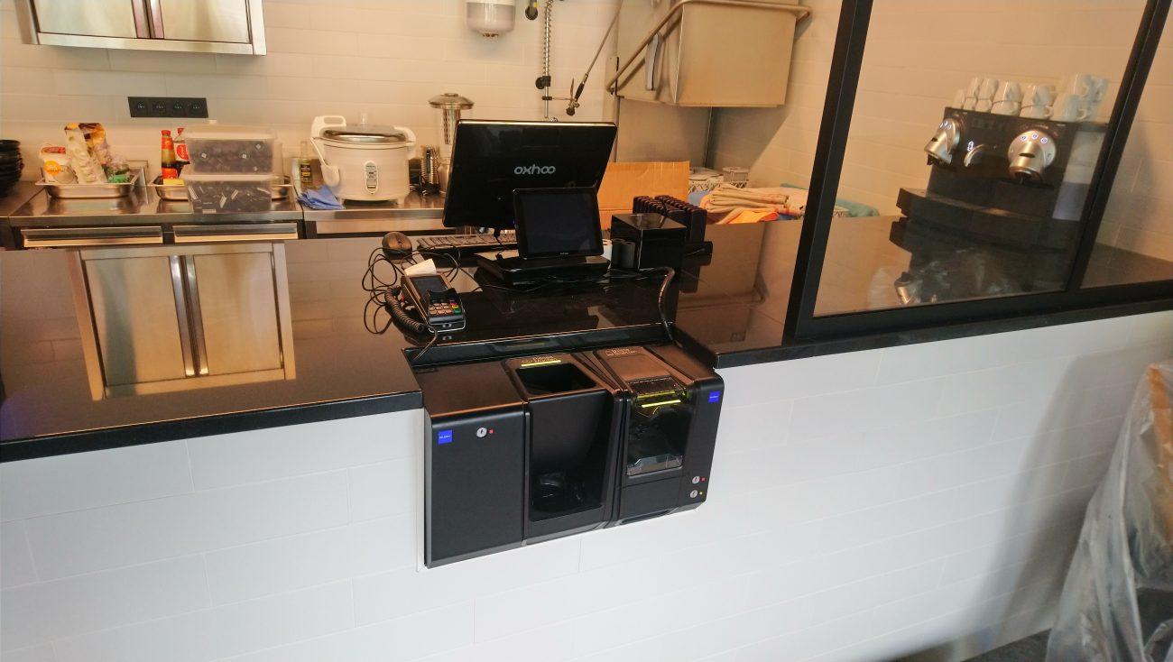 Monnayeur glory CI-5 dans un comptoir avec caisse Oxhoo